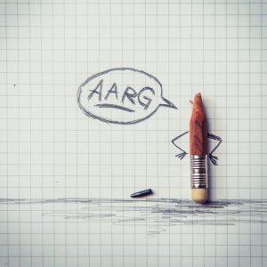 Abgebrochener Bleistift auf einem Blatt Papier